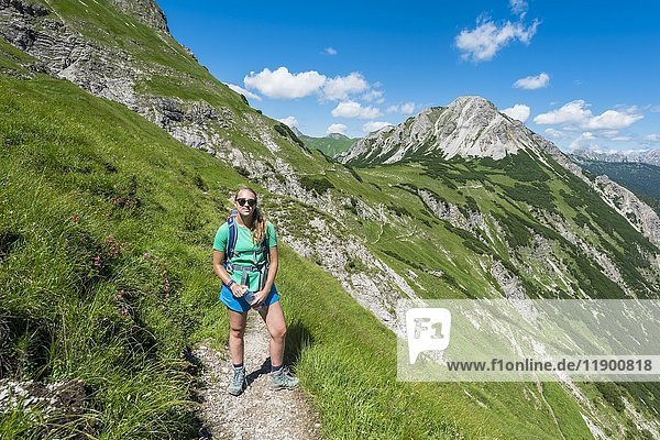Wanderin auf Wanderweg  Allgäuer Alpen  Bad Hindelang  Allgäu  Bayern  Deutschland  Europa