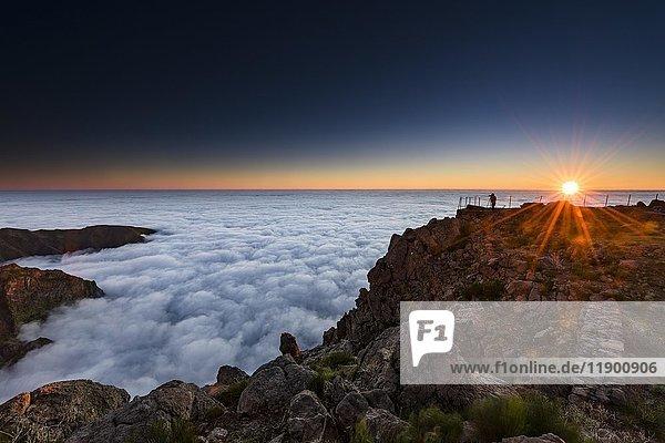 Sonnenaufgang über Nebelmeer,  Fotograf auf Berggipfel,  Pico de Arieiro,  Funchal,  Madeira