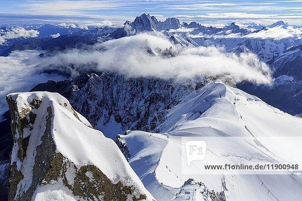 Bergsteiger auf schneebedecktem Kamm des Mont Blanc  Chamonix  Frankreich  Europa