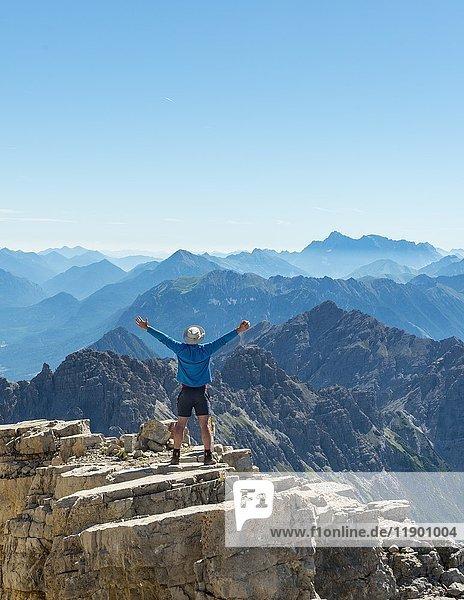 Wanderer streckt Arme in die Luft  Berge und Alpen  Gipfel des Hochvogel  Allgäu  Allgäuer Hochalpen  Bayern  Deutschland  Europa