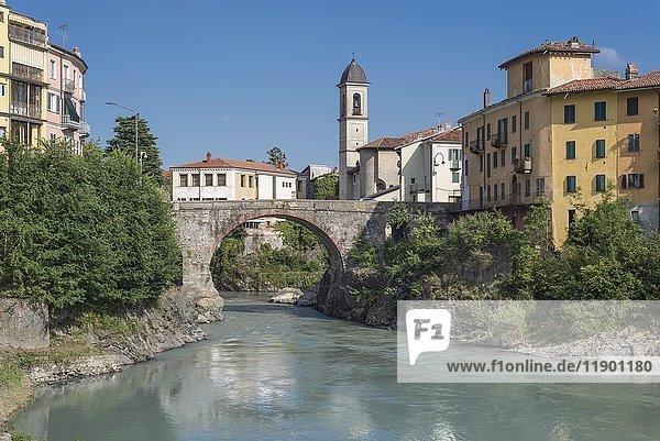 Alte Römerbrücke Ponte Vecchio über dem Fluss Dora Baltea  Ivrea  Aosta-Tal  Piemonte  Italien  Europa