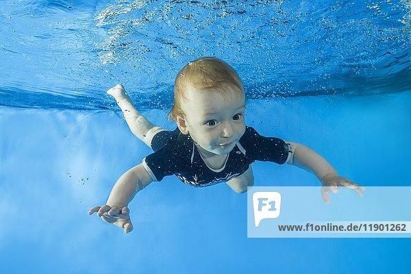Kleiner Junge taucht Unterwasser im Schwimmbecken  Ukraine  Europa