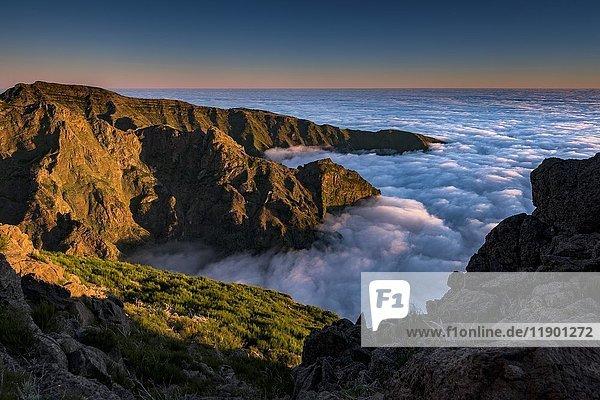 Sonnenaufgang mit Nebelmeer  Berggipfel Pico de Arieiro  Funchal  Madeira