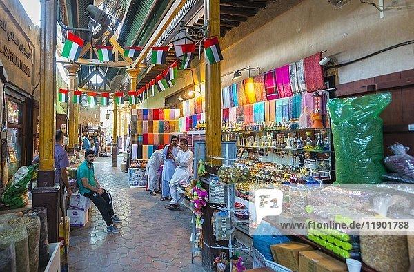 Gewürze auf einem arabischen Markt  Dubai Spice Souk  alter Markt  Old Dubai  Dubai  Vereinigte Arabische Emirate  Asien