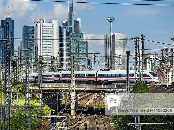 Ein ICE  der vom Hauptbahnhof abfährt  Frankfurt am Main  Hessen  Deutschland  Europa