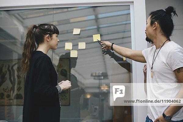 Programmierer erklärt die Haftnotiz der Kollegin im Büro