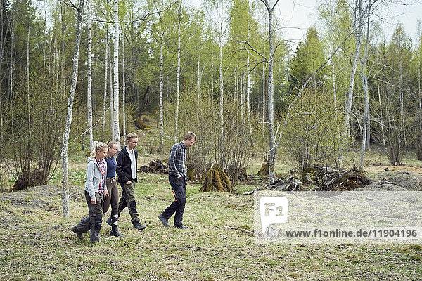 Volle Länge der Geschwister  die auf dem Feld laufen