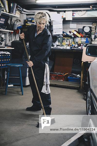 Volle Länge der Mechanikerinnen in der Kfz-Werkstatt