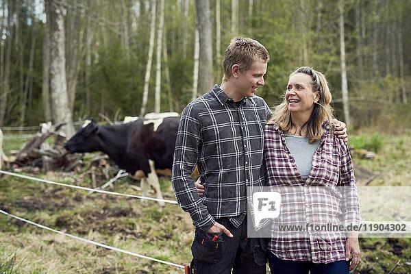 Mutter und Sohn reden im Stehen auf dem Feld