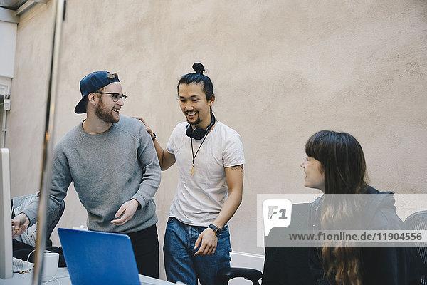 Glückliche Programmierer und Programmiererinnen im Büro