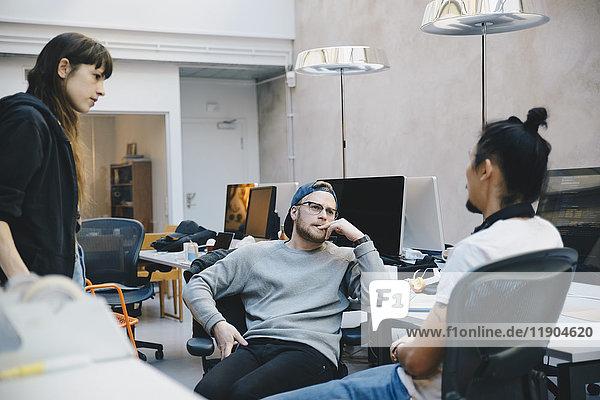 Computerprogrammierer diskutieren Strategie im Kreativbüro