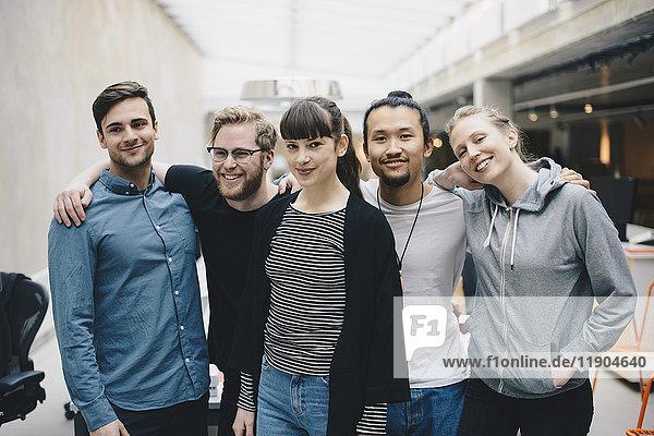 Gruppenporträt von selbstbewussten Programmiererinnen und Programmierern im Büro