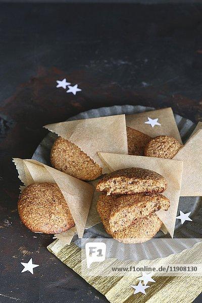 Glutenfreie selbstgemachte Lebkuchen in Pergamenttüten auf Zinnteller mit Sternen