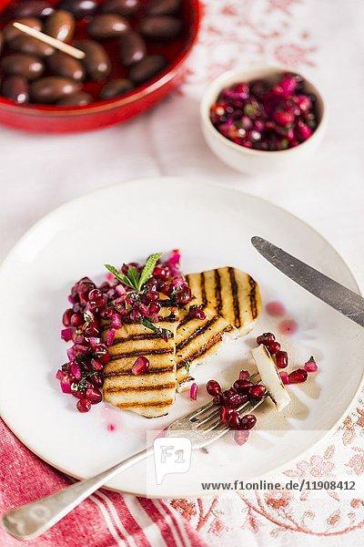 Gegrillte Halloumi-Scheiben mit Granatapfelsalsa  Minze und Kalamata-Oliven