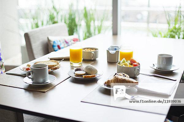 Frühstück von Obst und Gebäck auf dem Kaffeetisch