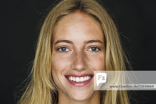 Junge Frau lächelt fröhlich  Porträt