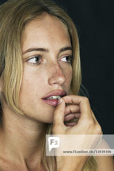 Junge Frau bereitet sich auf die Pille vor