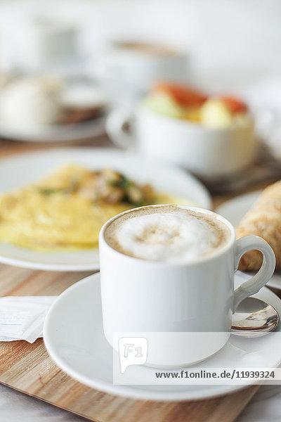 Cappuccino und Frühstück auf Tablett