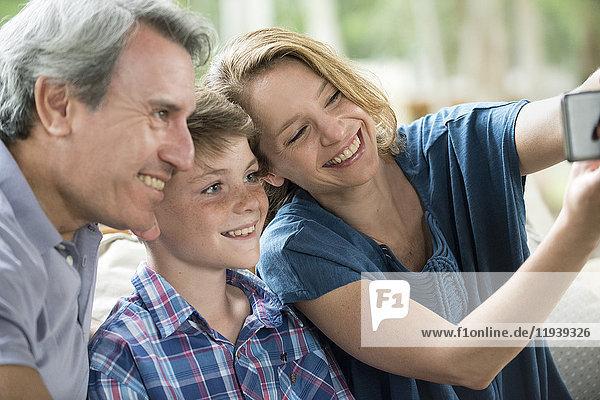 Familie posiert für Selfie zusammen