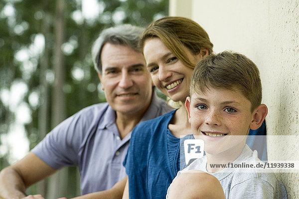 Junge mit Eltern,  Portrait