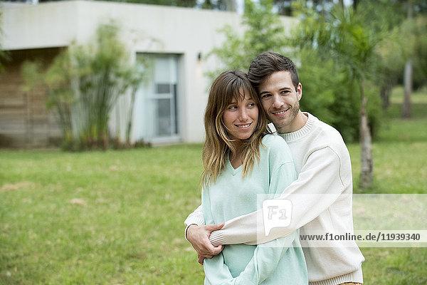 Junges Paar im Freien  Portrait