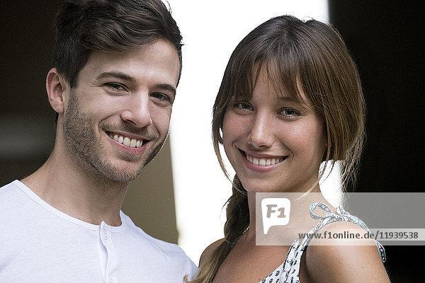Junges Paar lächelt fröhlich  Porträt