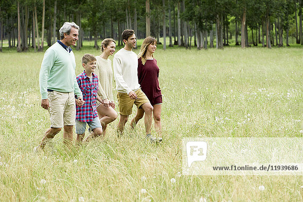 Gemeinsamer Familienspaziergang durchs Feld