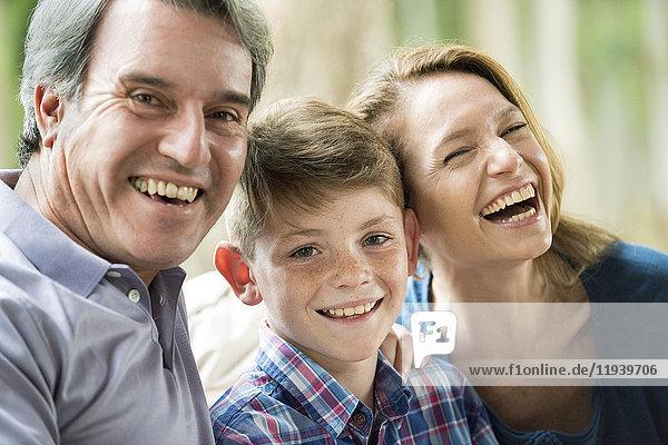 Familie lächelt zusammen  Porträt
