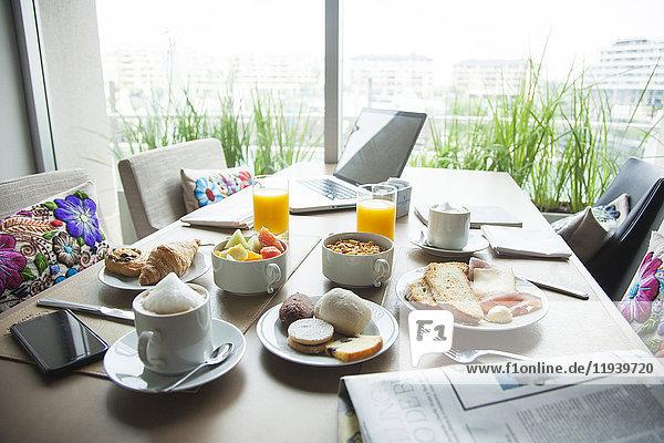 Frühstück auf dem Tisch im Luxushotel