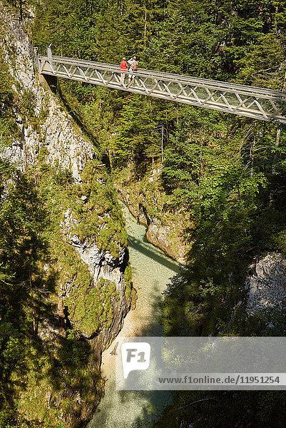 Deutschland  Bayern  Mittenwald  Menschen auf Steg in der Leutaschklamm