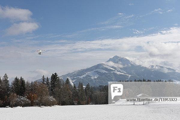 Österreich  Tirol  Wilder Kaiser  Drohne fliegt in Winterlandschaft