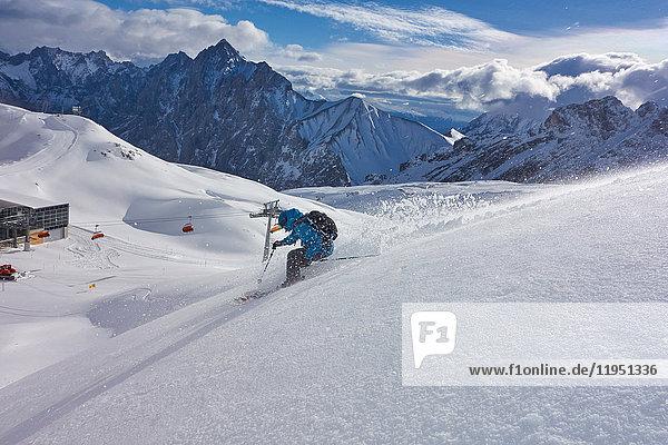 Deutschland  Bayern  Zugspitz Arena  Mann fährt Ski abseits der Piste