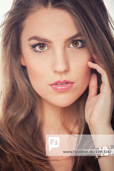 Portrait einer attraktiven brünetten jungen Frau