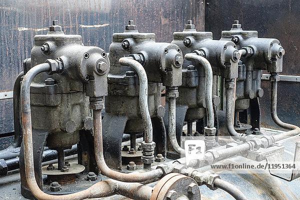 Rohrleitungen in einem stillgelegten Kraftwerk