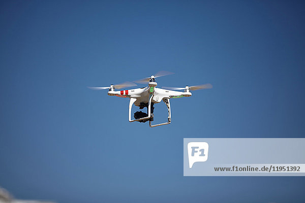 Drohne fliegt in blauem Himmel