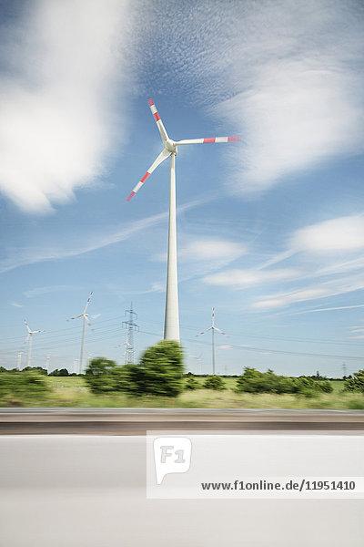 Windkraftanlage am Straßenrand