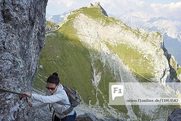 Alpen  Karwendel  Frau wandert an einem Klettersteig