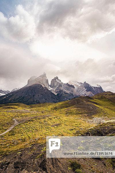 Niedrige Wolken über Cuernos del Paine  Torres del Paine Nationalpark  Chile