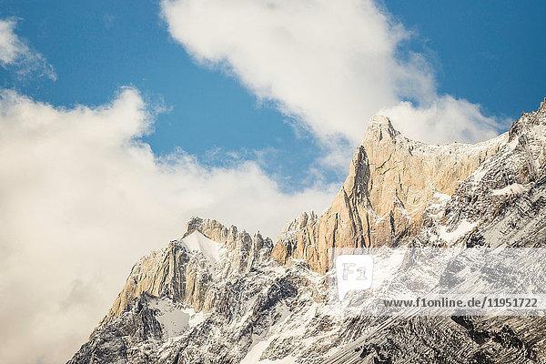 Blick auf einen schroffen  felsigen  schneebedeckten Berg  Torres del Paine Nationalpark  Chile