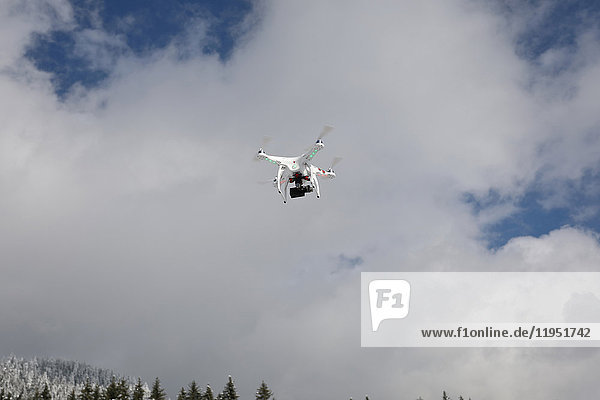 Drohne fliegt im Himmel mit Wolken