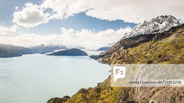 Landschaft mit See und Fernsicht auf den Grey-Gletscher  Nationalpark Torres del Paine  Chile