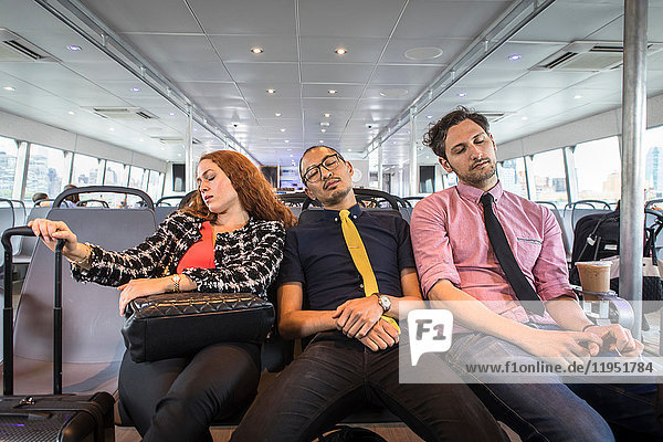 Geschäftsfrau und Männer schlafen auf Passagierfähre