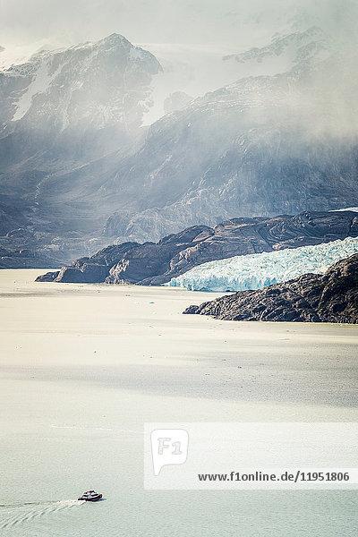 Bootstour auf dem Grauen See  mit niedriger Bewölkung über den Bergen  Torres del Paine Nationalpark  Chile