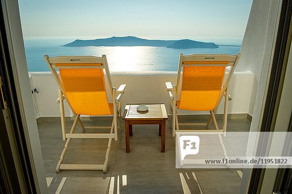 Liegestühle auf Balkon mit Meerblick  Oía  Santorini  Kikladhes  Griechenland