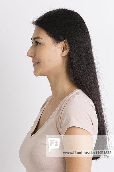 Profil einer lächelnden dunkelhaarigen Frau