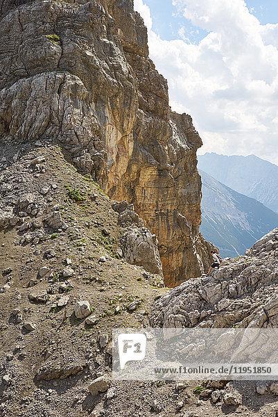 Alpen  Karwendel  Frau wandert in felsiger Berglandschaft