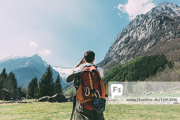 Rückansicht eines männlichen Boulderers  der Berge fotografiert  Lombardei  Italien