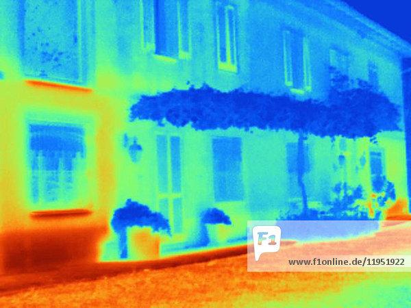 Wärmebild zur Veranschaulichung der kühlenden Eigenschaften einer an einem Wohnhaus angebrachten Weinpergola