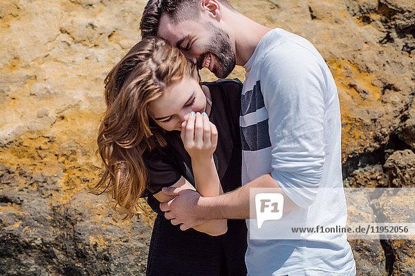 Lachendes Paar am Felsen