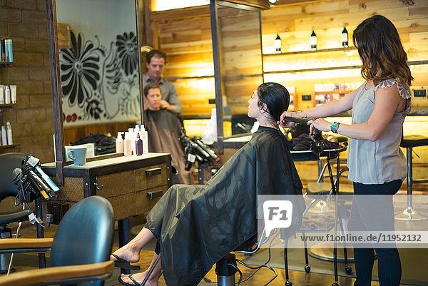 Im Salon arbeitende Friseure
